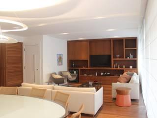 Salones de estilo moderno de daniela kuhn arquitetura Moderno