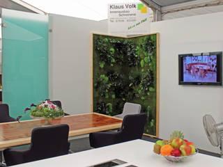 Wandbegrünung mit Moos- und Pflanzeninseln für Messestand:  Messe Design von NATURADOR® Vertikale Gärten
