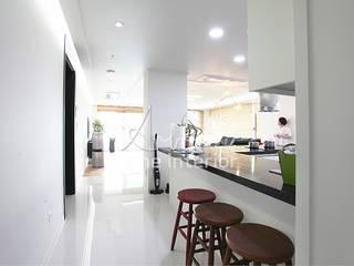 Pasillos, vestíbulos y escaleras de estilo moderno de 디자인 아버 Moderno
