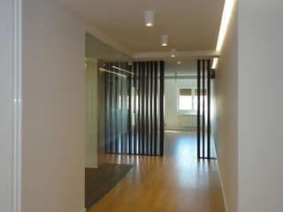 Minimalist corridor, hallway & stairs by JORGE RIQUELME | DISEÑO INTERIOR Minimalist