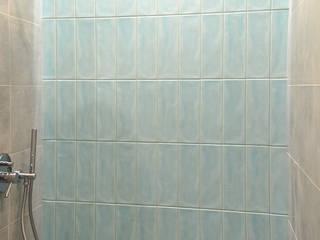 Paredes y pisos de estilo moderno de PUFF Moderno