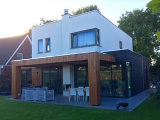 Veranda achter het huis:  Huizen door Nico Dekker Ontwerp & Bouwkunde