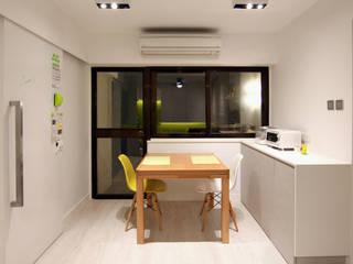 18 Renovation - 沙田穗禾苑: modern Dining room by Corner-S Architectural Design (Australia)