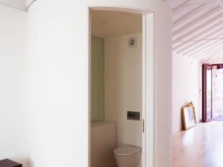 Caldeireiros Houses Minimalistyczna łazienka od Clínica de Arquitectura Minimalistyczny Drewno O efekcie drewna