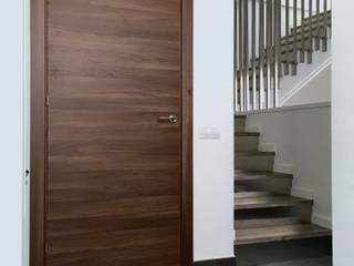 Obra nueva en Badalona Pasillos, vestíbulos y escaleras de estilo moderno de ESTUDI D'ARQUITECTURA JJ BERNABEU Moderno