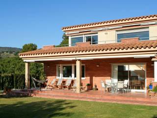 Casas estilo moderno: ideas, arquitectura e imágenes de ESTUDI D'ARQUITECTURA JJ BERNABEU Moderno