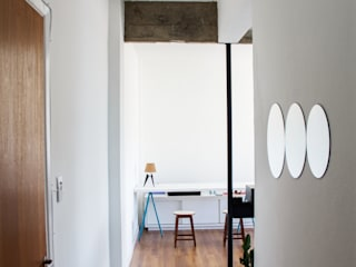 AP. Andrade Corredores, halls e escadas minimalistas por INTRIO Minimalista