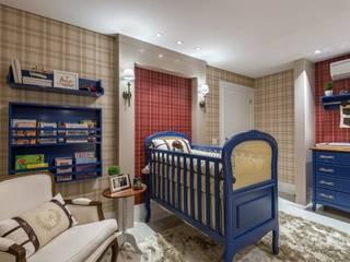 Quarto de bebê menino - azul, vermelho e bege: Quarto infantil  por KIDS Arquitetura para pequenos