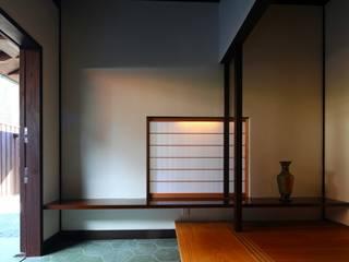 鎌倉市G邸: 株式会社 鎌倉設計工房が手掛けた廊下 & 玄関です。