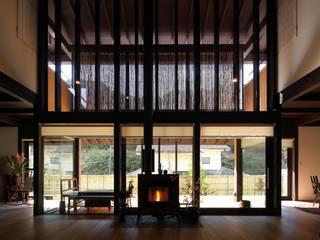 鎌倉市G邸: 株式会社 鎌倉設計工房が手掛けたリビングです。