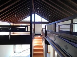 鎌倉十二所A邸: 株式会社 鎌倉設計工房が手掛けた廊下 & 玄関です。