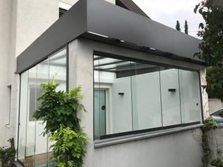Lichtdurchfluteter Sommergarten mit flexiblen Öffnungsmöglichkeiten Schmidinger Wintergärten, Fenster & Verglasungen Moderner Wintergarten Glas Grau
