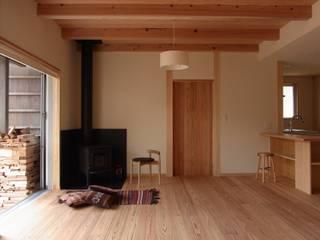 吉野の山守さんとつながる家 モダンデザインの リビング の FRONTdesign モダン