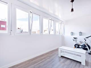 Minimalist balcony, veranda & terrace by Reformas Altia Minimalist