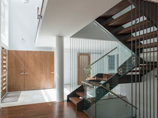 Modern corridor, hallway & stairs by ARCHI-TEXTUAL, PLLC Modern