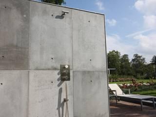 Betonnen buitendouche:  Zwembad door ConcreetDesign BV
