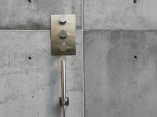 Betonnen buitendouche:  Badkamer door ConcreetDesign BV