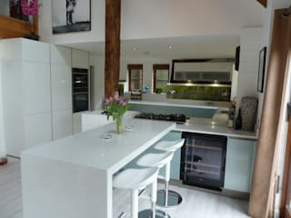 in-toto Premium in ultra High-gloss Oxide Metallic and High-gloss White Modern kitchen by Zara Kitchen Design Modern
