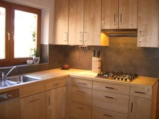 Cocinas de estilo ecléctico de HENCHE Möbelwerkstätte Ecléctico Madera Acabado en madera