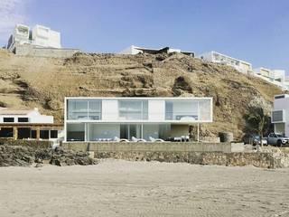 Casa en playa Misterio: Casas de estilo  por ARCHITECTS, Minimalista