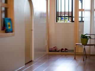 北花田の家 / House in kitahanada アトリエセッテン一級建築士事務所 オリジナルスタイルの 玄関&廊下&階段 無垢材 木目調