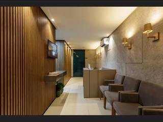 Recepção de consultório: Corredores e halls de entrada  por Montenegro Arquitetura