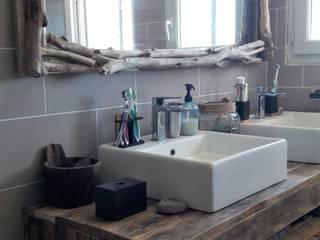 Meuble sous vasques crée en palette et miroir en bois flotté: Salle de bain de style de style Tropical par amour de palette création