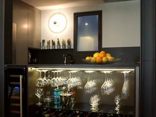 Isla de la cocina con bodega Cocinas de estilo moderno de RIBA MASSANELL S.L. Moderno Aglomerado