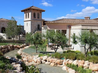 Espaços exteriores: Jardins mediterrânicos por DSA, Architects International