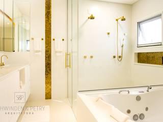Projeto de banheiro pensando no bem estar! :   por Schwinden & Petry Arquitetura