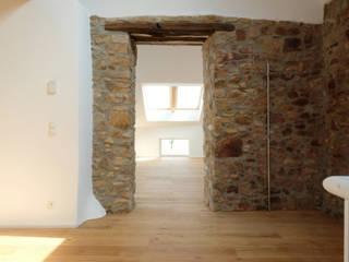 Denkmalsanierung eines Bauernhofes:  Wohnzimmer von hucke architektur - büro für schöne sachen,Landhaus