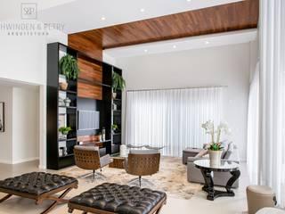 Utilização da madeira no teto e na parede como painel para o home theater.:   por Schwinden & Petry Arquitetura