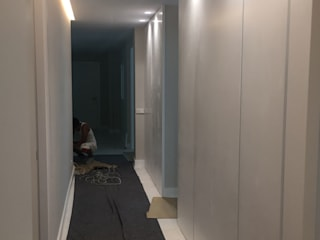 Corridor, hallway by DISIGHT, Modern