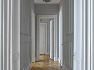 Французская квартира: Коридор и прихожая в . Автор – Бюро 19.23,