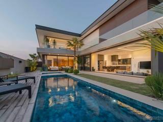 Residência Prado: Piscinas  por Padovani Arquitetos + Associados