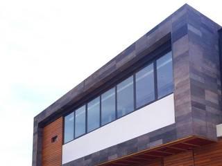 CASA SA: Casas unifamiliares de estilo  por UNOCUATRO