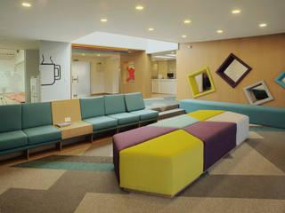 LA ACADEMIA JULIO DONÁ Salas modernas de MDV Arquitectura Moderno