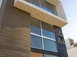 casa de 3 pisos : Oficinas y tiendas de estilo  por MAAS Arquitectura & Diseño