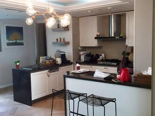 일산 식사동 블루밍 39평 / 현관 중문, 우드플로어 바닥, 키친수납장 및 무늬목 시트지 시공 입니다.. by HOOSDESIGN / 후스디자인