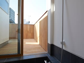 Casas de banho modernas por (有)菰田建築設計事務所