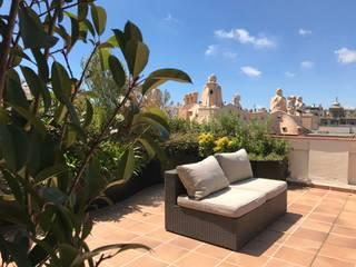 Ático en Barcelona Jardines de estilo mediterráneo de Naturalgardens Tindas project s.l Mediterráneo