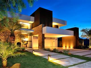 Residência RK: Casas familiares  por Chris Brasil Arquitetura e Interiores,