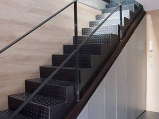 REFORMA DE UN DUPLEX: Pasillos y vestíbulos de estilo  de Búho Arquitectos SLP