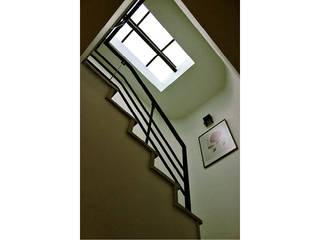 Couloir et hall d'entrée de style  par Ensamble de Arquitectura Integral,