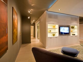 Flat in McLean, VA Modern Corridor, Hallway and Staircase by FORMA Design Inc. Modern