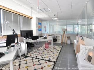 Agencement d'un bureau de comptabilité esprit Start-Up près de Lyon par Tiffany Fayolle, architecte d'intérieur et décoratrice: Bureaux de style  par Tiffany FAYOLLE