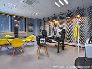 Aménagement d'un bureau de direction esprit Start-Up près de Lyon par Tiffany Fayolle, architecte d'intérieur et décoratrice: Bureaux de style  par Tiffany FAYOLLE