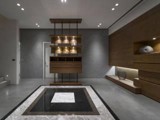 構築設計 Pasillos, vestíbulos y escaleras modernos