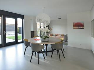 Modern dining room by Ode aan de Vloer Modern