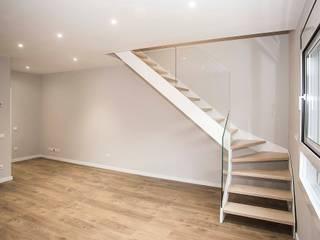 Grupo Inventia Pasillos, vestíbulos y escaleras de estilo moderno Compuestos de madera y plástico Acabado en madera